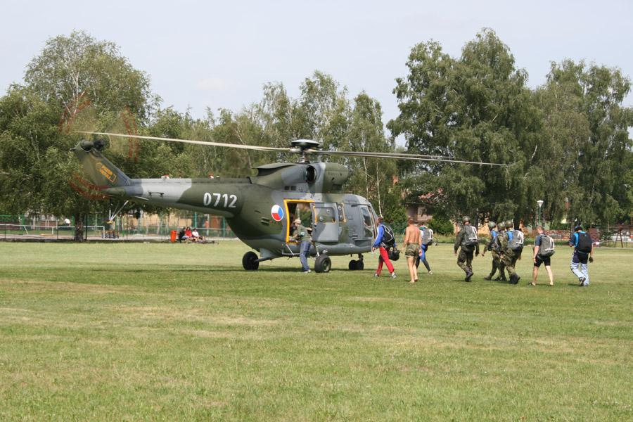 10 srpna 2009 jsme mohli přihlížet cvičení seskoků padákem