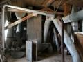 Interiér výrovského mlýnu ve Břehách krátce po jeho koupi obcí Břehy